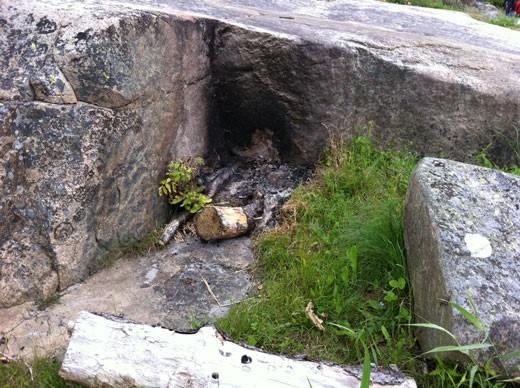 Det er ikke tillatt å legge bål eller grill direkte på svaberg eller ved større steiner.